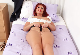 British milf Sweetheart Diamonds dildos her fuckable fanny