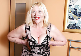 Raunchy British Housewife Bringing off With respect to Her Hairy Snatch - MatureNL